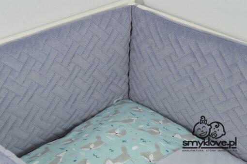 Zdjęcie szarego ochraniacza do łóżeczka z przybliżenia - SMYKLOVE