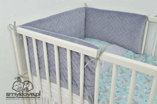 Ochraniacz do łóżeczka szary pikowany na łóżeczku od Smyklove