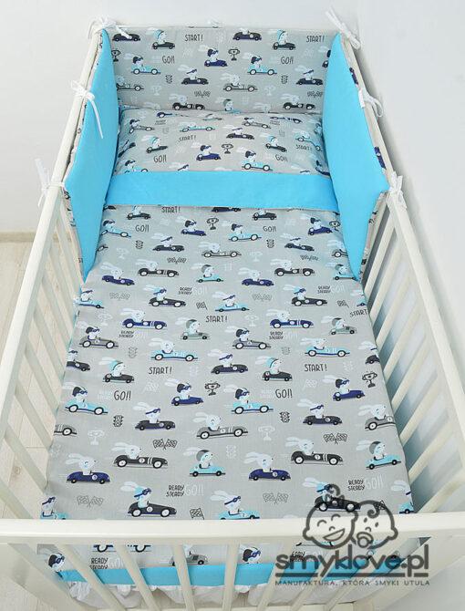 Widok z góry na łóżeczko z pościelą dla niemowląt w króliczki z niebieskim - SMYKLOVE
